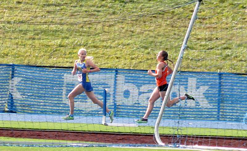 by: CORY MIMMS - Emily Bever overcame Siuslaw's Celie Mans in the last 400 meters of the race, which put Bever in second place.