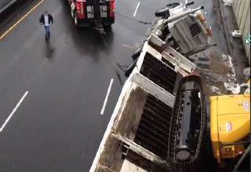 by: KOIN NEWS 6 - Overturned truck closes northbound McLoughlin