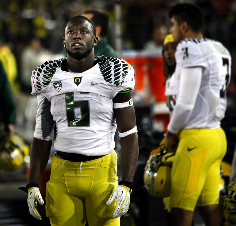 by: CHRIS PIETSCH/EUGENE REGISTER-GUARD - Oregon's De'Anthony Thomas looks at the scoreboard during the second half at Stanford.