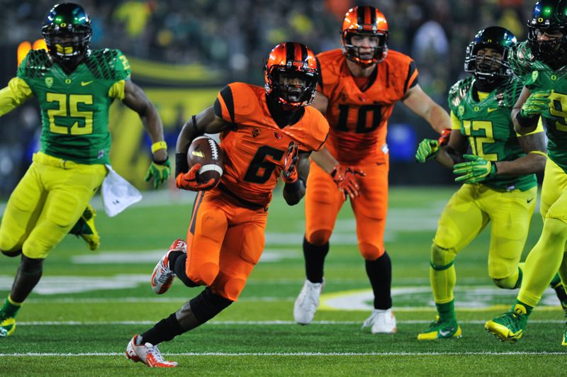 Oregon State receiver Victor Bolden sweeps 25 yards to the end zone to give the Beavers a 35-30 lead with 1:38 remaining.