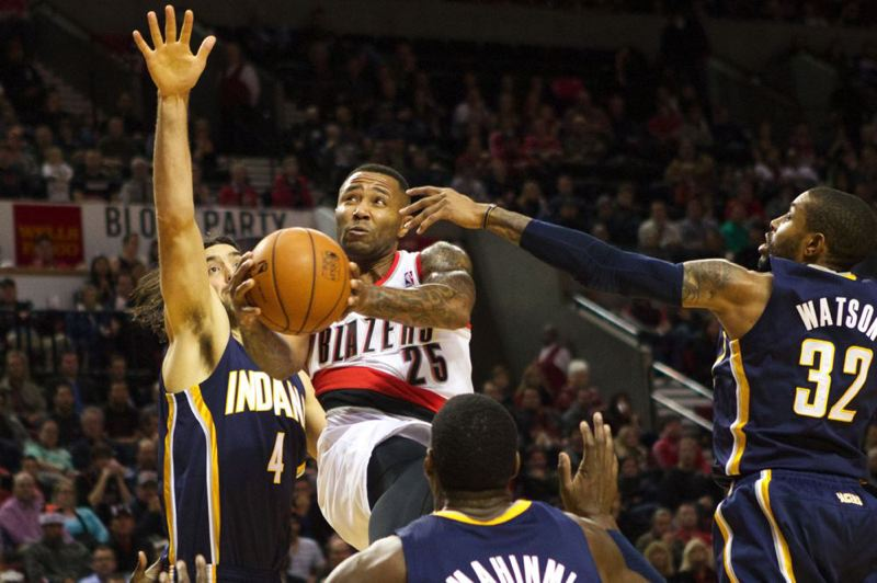 Mo Williams slices through the Pacers' interior defense.