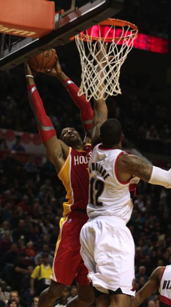 LaMarcus Aldridge (right) battles Houston center Dwight Howard