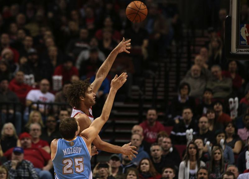 Robin Lopez works for a shot.
