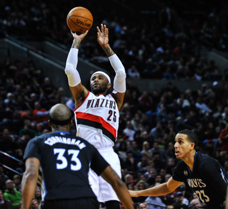 Mo Williams pulls up for a jumper, as Minnesota's Dante Cunningham watches.