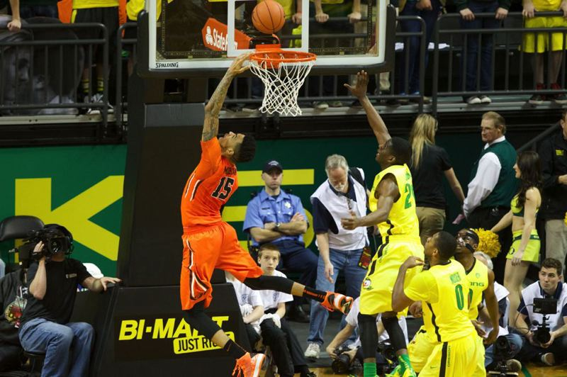 Oregon State's Eric Moreland makes a reverse layup against Oregon guard Damyean Dotson.