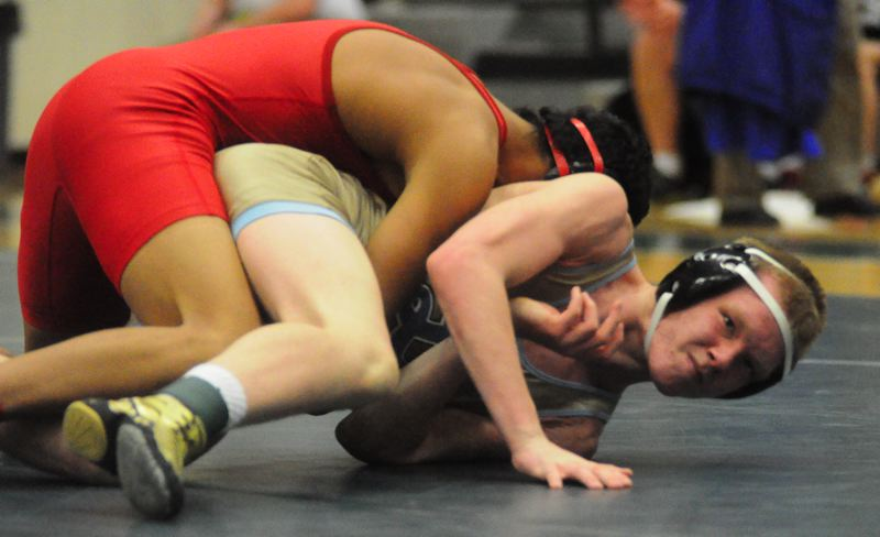 by: MATTHEW SHERMAN - Lakeridge's Jake Oelrich looks to break a hold during his win in the fourth-place match at regionals last week.