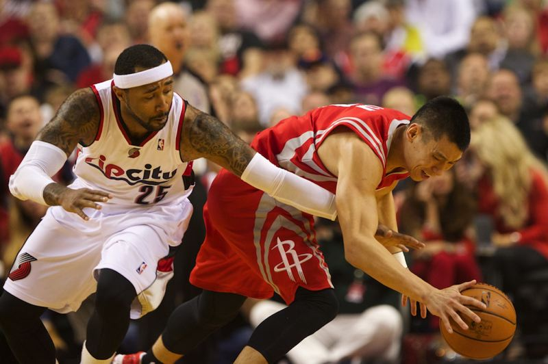 Mo Williams (left) defends Houston's Jeremy Lin.