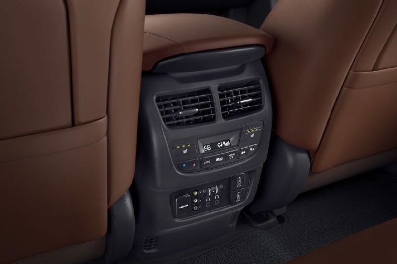 AMERICAN HONDA MOTOR COMPNAY - Second-row seat passengers will feel pampered in the 2017 Acura MDX.