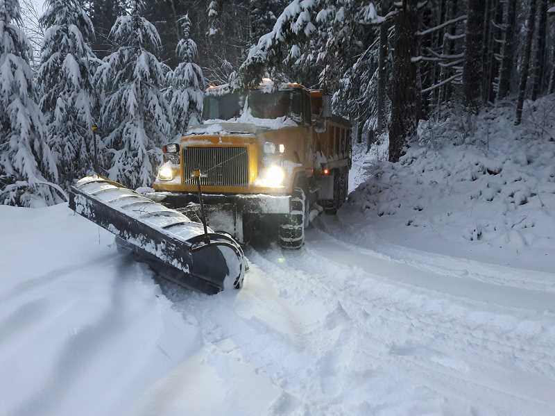 Snowfall causes shutdowns, state of emergency