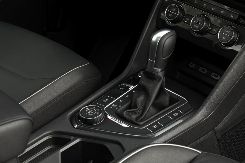 VOLKSWAGEN OF AMERICA - An easy-to-operate knob on the center console controls the settings for the 4Motion all-wheel-drive system available on the 2018 VW Tiguan.