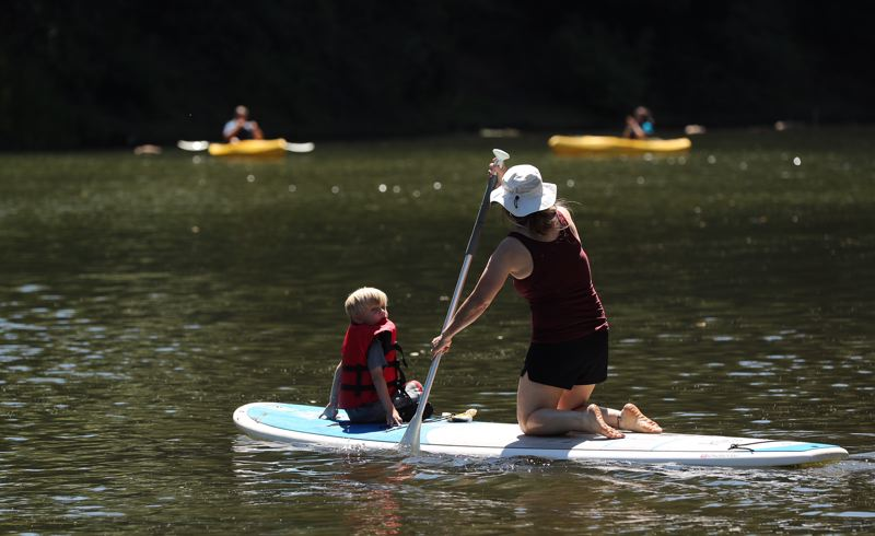 PAMPLIN MEDIA GROUP: JAIME VALDEZ - A family paddles down the Tualatin River near Cook Park in Tigard.