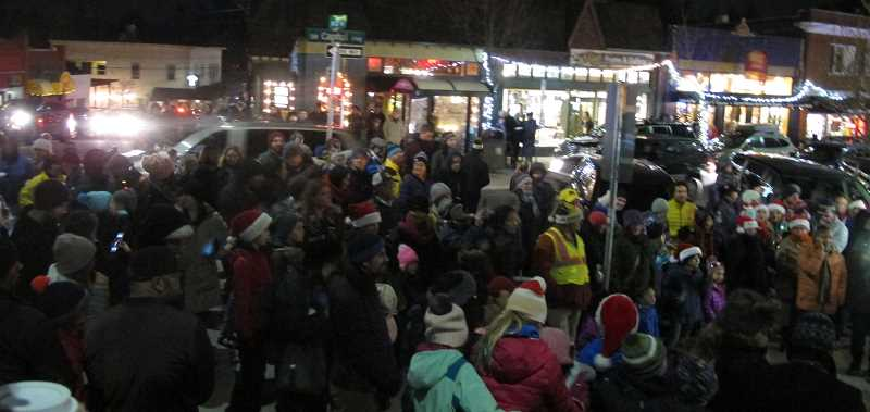 Crowds filled the plaza in front of Village Beads and joined in singing Christmas carols while awaiting the lighting of the tree.  Capitol Highway vehicular traffic was reduced to a slow crawl between 6:30PM and 7PM.