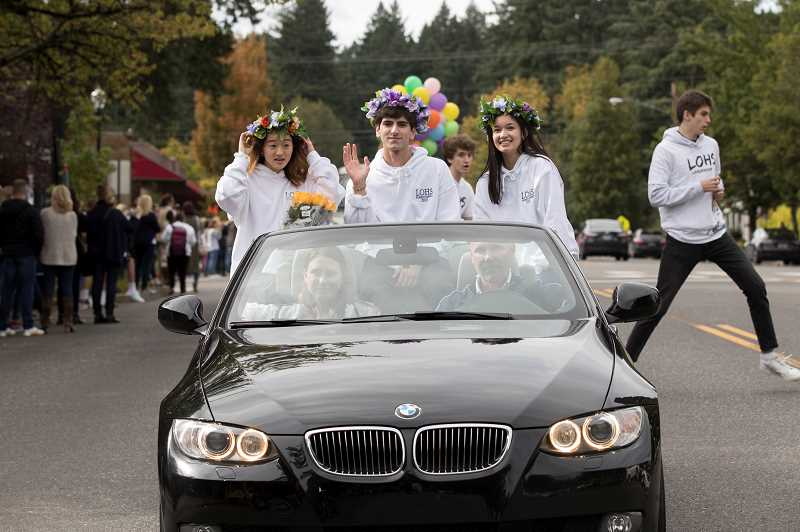 PMG PHOTO: JAIME VALDEZ - The senior class homecoming court rides through the parade.