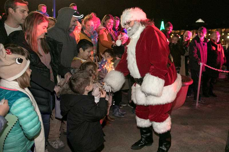 Tualatin's Starry Nights and Holiday Lights draws hundreds to Lake of the Commons