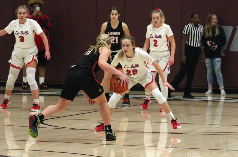PMG PHOTO: JIM BESEDA - La Salle Preps Rhyan Mogel (25) sets up defensively as Cashmeres Hailey Van Lith initiates the Bulldogs offense during the second half of the championship final in the Dec. 29 Pacific Office Automation Holiday Classics Platinum bracket at Franklin High School.