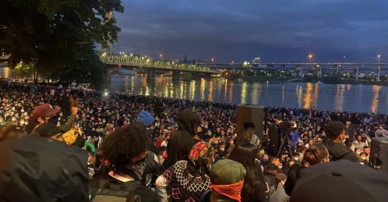 KOIN 6 NEWS - Peaceful protesters in Tom McCall Waterfront Park
