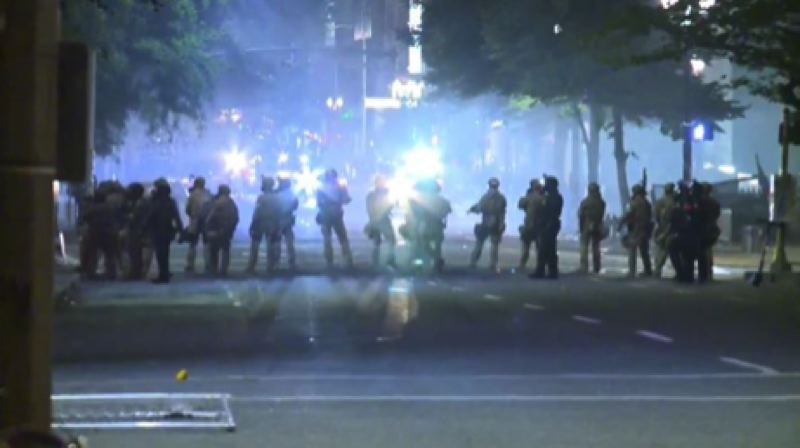 KOIN 6 NEWS - Federal officers outside the US Courthouse.