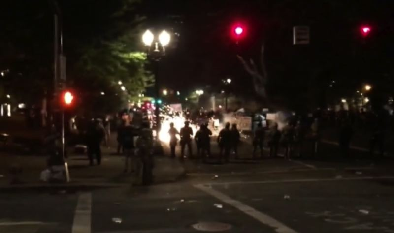 KOIN 6 NEWS - Federal officiers use flashbangs to clear a crowd.