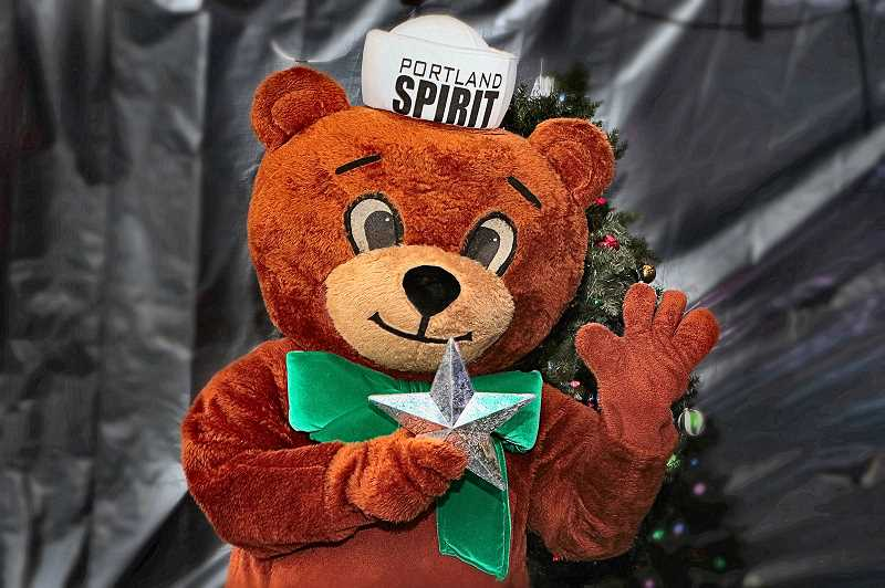 DAVID F. ASHTON - Spoiler alert! The Cinnamon Bear finds the Silver Star - just in time to save Christmas!