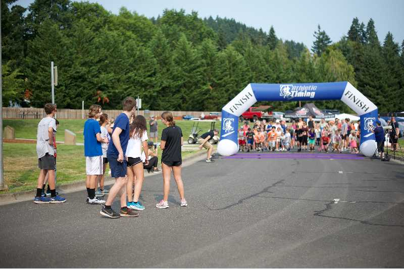 PMG PHOTO: ANNA DEL SAVIO - Older runners helped guide and encourage the younger kids on the 1k path.