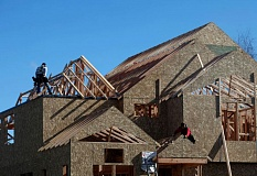 by: TRIBUNE PHOTO: JON HOUSE - Although the construction of single-family homes has yet to take off (an economic indicator), experts remain optimistic about Oregons economy. Here, construction workers install the roof to a new home in the Bronson Creek development.