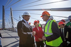 Photo Credit: TRIBUNE PHOTO JONATHAN HOUSE - U.S. Transportation Secretary Anthony Foxx toured the Tilikum Crossing with Oregon U.S. Congresswoman Suzanne Bonamici, Mayor Charlie Hales, and Transportation Commissioner Steve Novick.