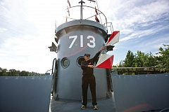 PORTLAND TRIBUNE: JAIME VALDEZ - Gordon Smith, 93, served on an LCI in the Philippines during WWII and still remembers how to signal to other ships with flags.