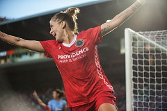 Sinead Farrelly scores the winning goal for the Portland Thorns.