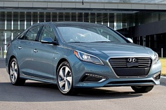 HYUNDAI MOTOR COMPANY - The 2016 Hyundai Plug-In Hybrid is a large and stylish midsize sedan that gets extraordinary mileage.