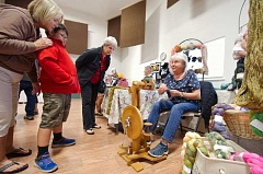 TIM SATTERFIELD/SPECIAL TO THE CENTRAL OREGONIAN - Jan Isbell demonstrates spinning wool to spectators during the Fall Mini-Fest. She sold her hand-dyed, hand-spun and handmade fibers during the event.