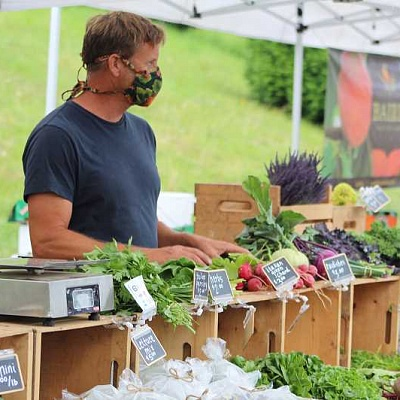 Shoppers flock to farmers' market, despite restrictions