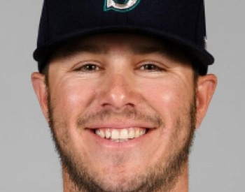 Mariners stay alive in playoff chase