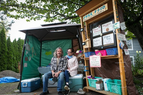 Couple creates pop-up food pantry for the needy