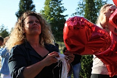 OUTLOOK PHOTO: ZANE SPARLING - Shiloh Phelps, Bodhi's mother, prepares to release red heart-shaped balloons in honor of 240 Oregonians who died because of police violence.