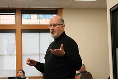 SPOKESMAN PHOTO: ANDREW KILSTROM - Timothy Zahn takes students through a writing activity called 101 questions.
